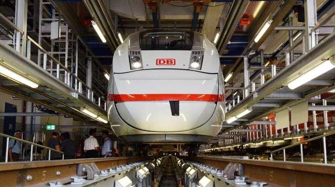 Ein ICE der vierten Generation steht im Bahnbetriebswerk inBerlin.