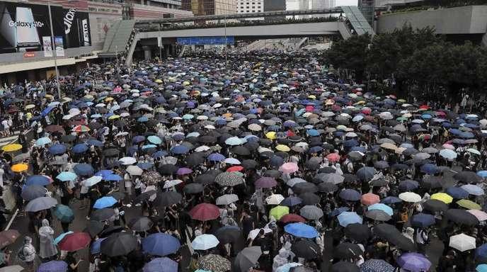 Gegener des Auslieferungsgesetz nach China protestieren in Hongkong.