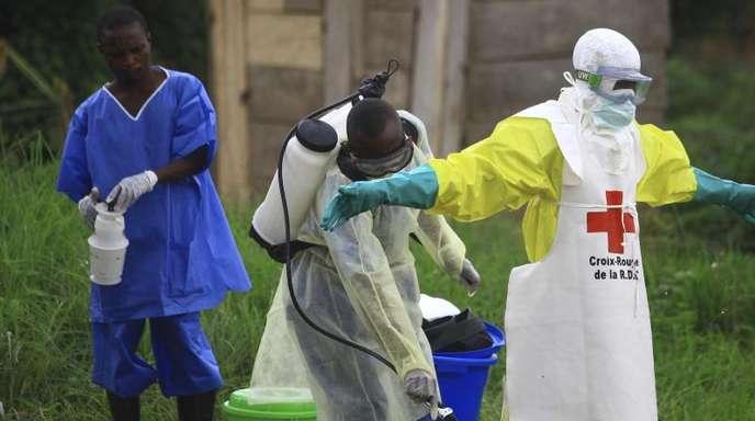 In Beni im Kongo reinigen sich Helfer nach der Arbeit in einem Ebola-Behandlungszentrum.