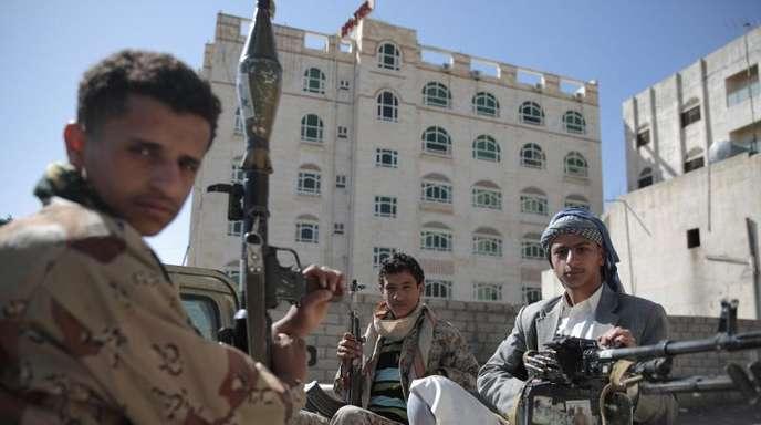 Bewaffnete jemenitische Huthi-Rebellen, die vom Iran unterstützt werden, sitzen auf der Ladefläche eines Transporters in Al-Hudaida.Der Jemen gehört zu den Gebieten, in denen die Lage laut Global Peace Index schlechter geworden ist.