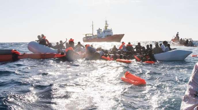 Flüchtlinge, die auf Booten von Libyen aus nach Italien übersetzen wollten, werden während eines Rettungseinsatzes vor der nordafrikanischen Küste geborgen.