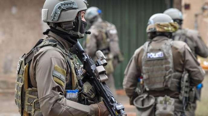 Ehemalige und ein aktiver SEK-Beamter sind in Mecklenburg-Vorpommern verhaftet worden.