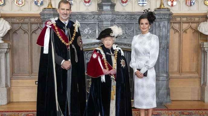 Queen Elizabeth (m.) mit König Felipe von Spanien und Königin Letizia in der St. George's Hall im Windsor Castle.