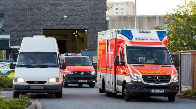 Rettungsfahrzeuge verlassen die Justizvollzugsanstalt. Die Geiselnahme ist unblutig zu Ende gegangen.