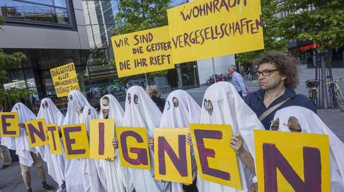 Demonstranten protestieren vor der Hauptversammlung des Immobilienkonzerns Deutsche Wohnen in Frankfurt am Main.