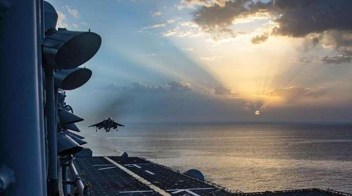 Ein Kampfflugzeug vom Typ AV-8B Harrier landet bei einer Übung auf dem Flugdeck der «USS Kearsarge» (LHD 3).