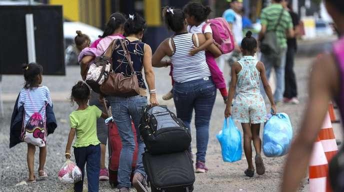 Frauen und Kinder aus Venezuela überqueren die Grenze zu Brasilien.