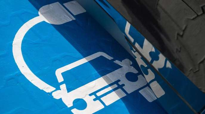 Ein Symbol für eine Ladestation auf einem Parkplatz.