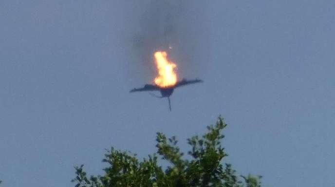 Ein brennender «Eurofighter» am Himmel über der Kleinstadt Malchow an der Mecklenburgischen Seenplatte.