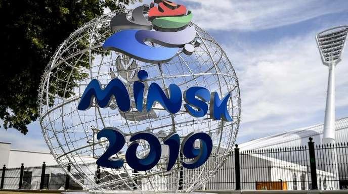Das offizielle Logo der Europaspiele 2019 auf einer Kugel in Minsk.