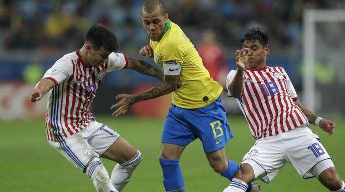 Die Brasilianer um Dani Alves (M.) mussten gegen Paraguay hart arbeiten, um zu gewinnen.