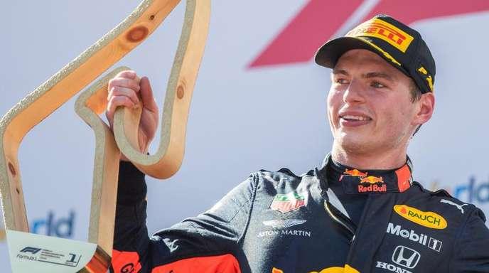 Red-Bull-Pilot Max Verstappen bejubelt seinen Sieg auf dem Kurs in Österreich.