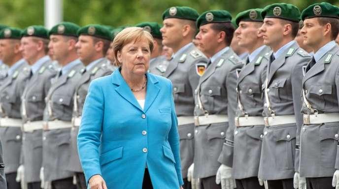 Kanzlerin Merkel vor Soldaten des Wachbataillons im Ehrenhof des Bundeskanzleramts.