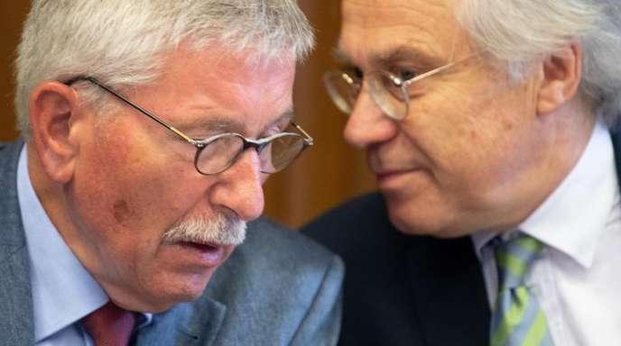 Thilo Sarrazin (l.) und sein Anwalt Andreas Köhler unterhalten sich vor einer Sitzung der SPD-Schiedskommission.