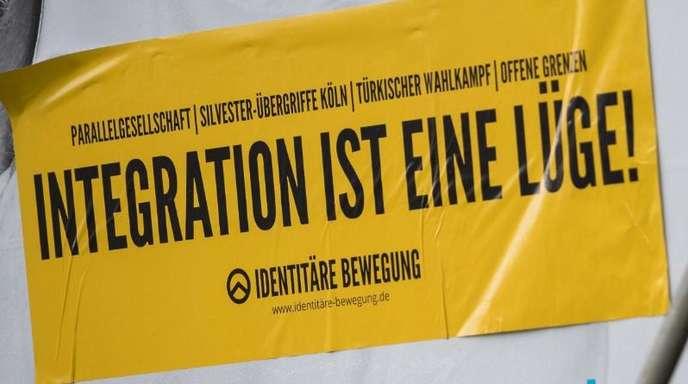 Ein Aufkleber der rechten Identitären Bewegung klebt auf einem Wahlplakat der FDP in Tübingen.