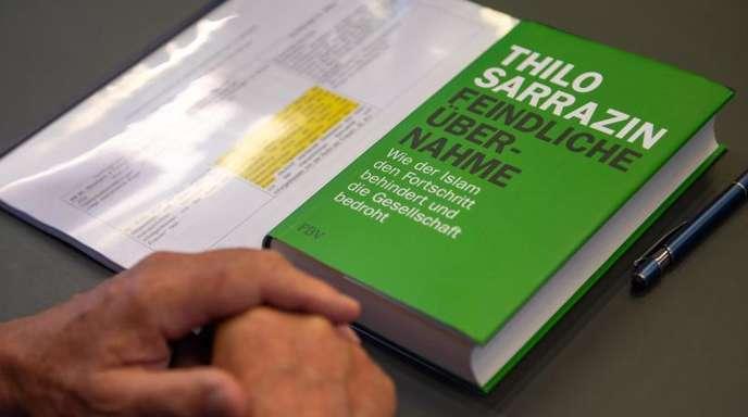 Thilo Sarrazins Buch «Feindliche Übernahme» von liegt vor der Sitzung der SPD-Schiedskommission auf einem Tisch im Sitzungssaal.