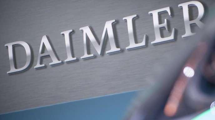 Vor einem Konzernlogo steht das Konzeptauto Urbanetic People-Mover-Modul bei der Bilanz-Pressekonferenz der Daimler AG.