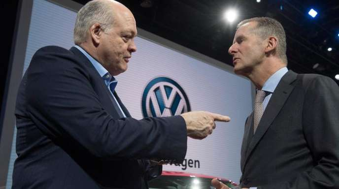 Jim Hackett (l), Vorstandsvorsitzender von Ford und Herbert Diess, Vorstandsvorsitzender von VW unterhalten sich auf dem Messestand von VW.