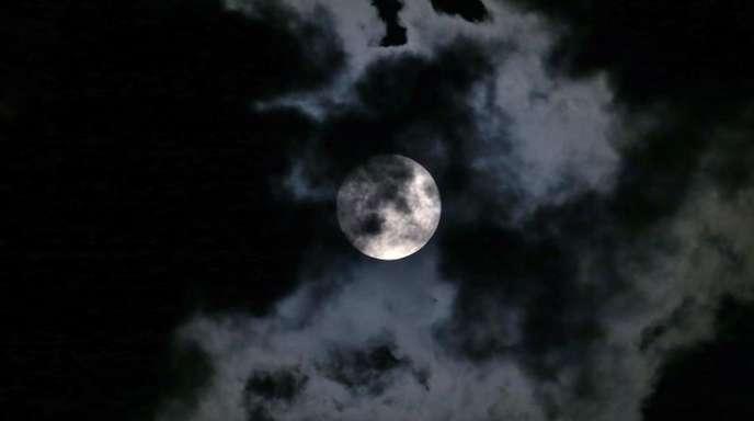 Der Mond ist im Mittel rund 380 000 Kilometer von der Erde entfernt. Sein Durchmesser beträgt etwa 3470 Kilometer - gut ein Viertel der Erde.