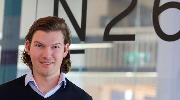 Der Gründer der N26 Bank, der Wiener Valentin Stalf, steht in den Geschäftsräumen des Unternehmens.