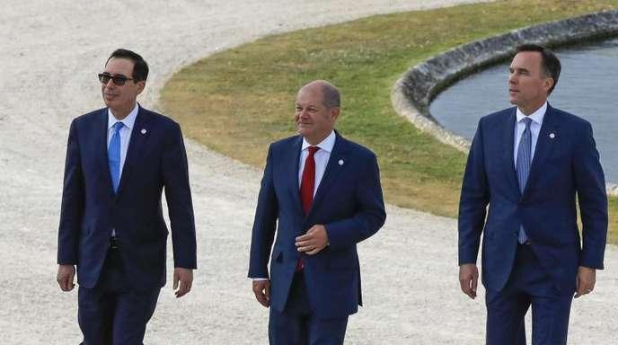 Finanzminister Olaf Scholz (M) mit seinen Amtskollegen Steve Mnuchin (l, USA) und Bill Morneau (r, Kanada) in Chantilly.