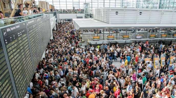 Zahlreiche Fluggäste warten am Flughafen in München am Terminal 2 auf ihre Flüge.