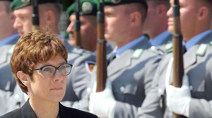 Annegret Kramp-Karrenbauer stellt sich vor ihre Soldaten.