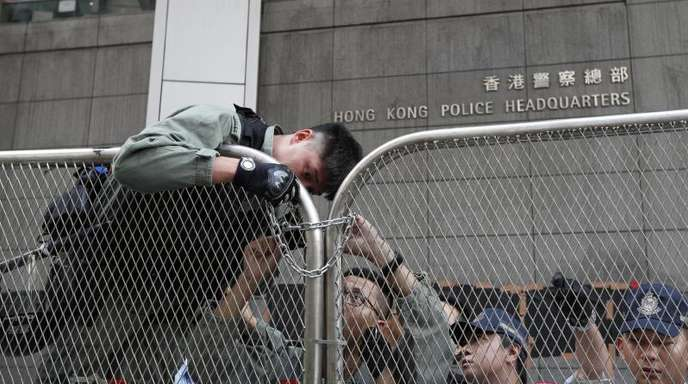 Polizisten befestigen Barrikaden vor dem Polizeipräsidium während eines Protestmarsches.