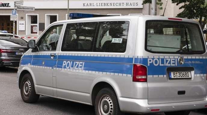 Ein Streifenwagen steht vor dem Karl-Liebknecht-Haus, der Parteizentrale der Linken. Das Gebäude ist wegen einer Bombendrohung geräumt worden.