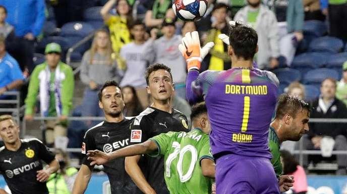 Dortmunds Torwart Roman Bürki ist für unbeschränkte Ein- und Auswechslungen.