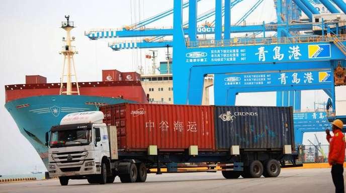 In einem chinesischen Hafen werden Container verladen.