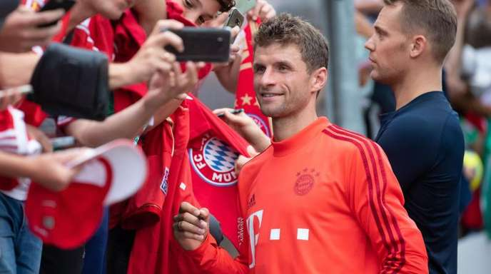 Gefragter Mann im Bayern-Trainingslager. Thomas Müller (l).