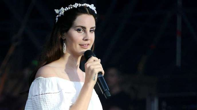 Die US-Sängerin Lana Del Rey protestiert musikalisch gegen Waffengewalt.