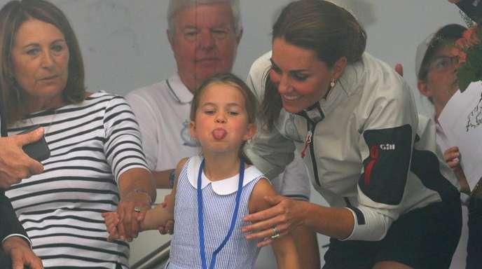 Die britische Prinzessin Charlotte streckt die Zunge raus.
