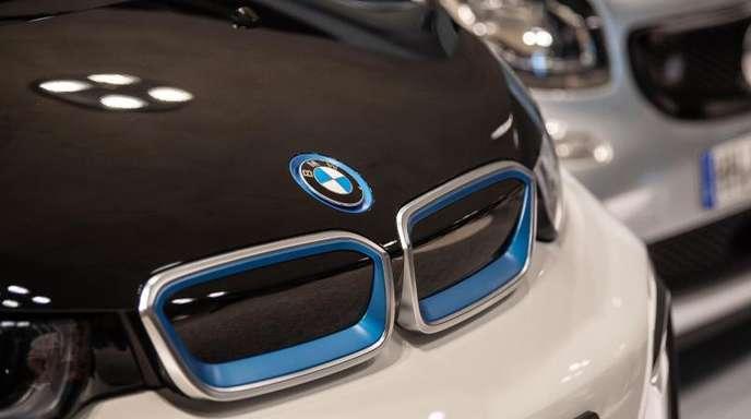 Ein BMW i3 von DriveNow (l) und ein Smart Fortwo von Car2Go stehen in einer aktuellen Ausstellung im Mercedes-Benz-Museum. CDie deutschen Autofahrer schätzten das eigene Auto aber nach wie vor, vor allem wegen der ständigen Verfügbarkeit.