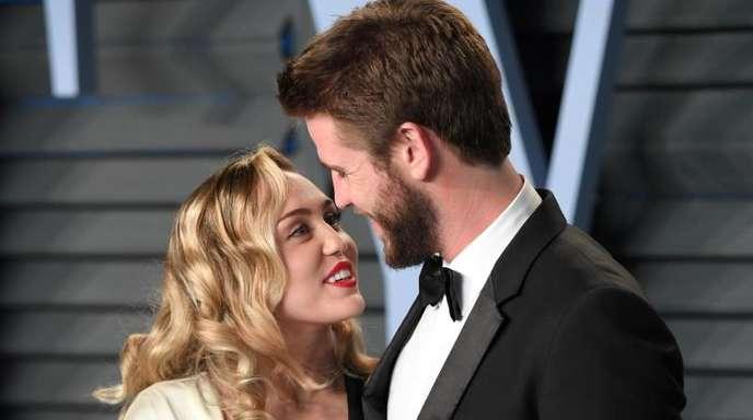 Miley Cyrus und Liam Hemsworth schauen sich tief in die Augen.