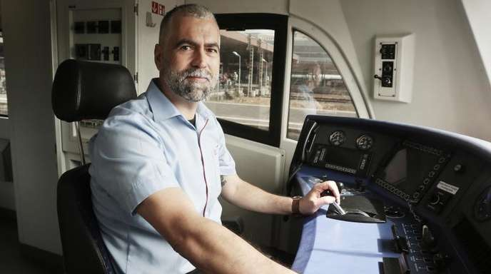 Lokführer-Quereinsteiger Vincenzo Traviglia im Führerstand eines Regionalverkehrszuges.