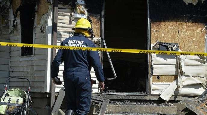 Ein Feuerwehrmann am Unglücksort in Erie im US-Staat Pennsylvania.