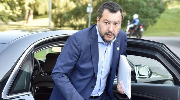 Innenminister Salvini von der rechten Lega hatte das Regierungsbündnis mit der Fünf-Sterne-Bewegung in die Krise gestürzt und fordert eine rasche Neuwahl.