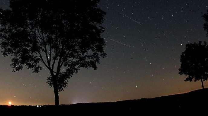 Sternschnuppen der Perseiden sind am Nachthimmel über Nettersheim in der Eifel zu sehen.