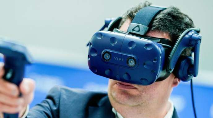 Hubertus Heil, Bundesminister für Arbeit und Soziales, probiert bei seinem Besuch des Chemiekonzerns BASF die Funktionsweise einer Virtual-Reality-Brille aus. Der Arbeitsminister ist auf Sommerreise.
