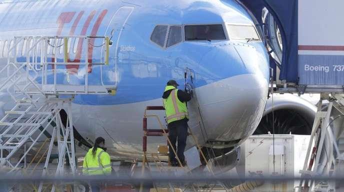 Arbeiter sind bei einem Flugzeug vom Typ Boeing 737 Max 8, das für Tui gebaut wird, am Fertigungswerks von Boeing in Renton zu sehen.