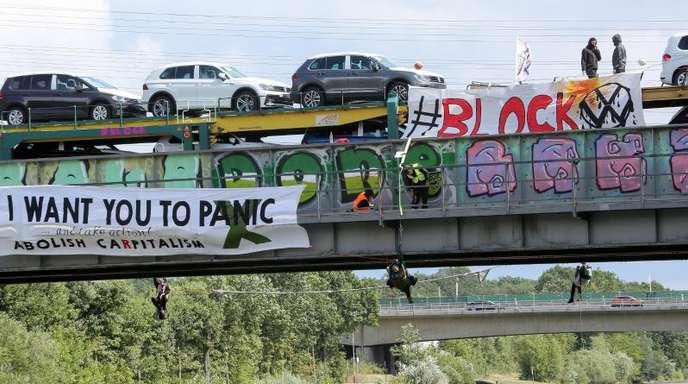Mehrere Aktivisten haben in Wolfsburg einen Zug gestoppt und Transparente ausgerollt.
