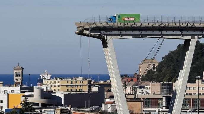 Mitte August 2018: Blick auf die am Vortag eingestürzte Autobahnbrücke Morandi.