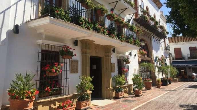 Blumen schmücken die Balkone des Rathauses von Marbella.