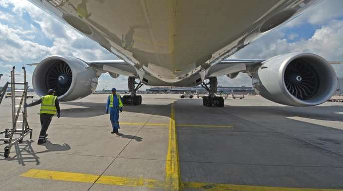 Eine Boeing 777 wird auf den Vorfeld des Frankfurter Flughafens für den nächsten Flug vorbereitet. Der Konzern hat den Zeitplan des Entwicklungsprogramms für die Variante 777-8 geändert.