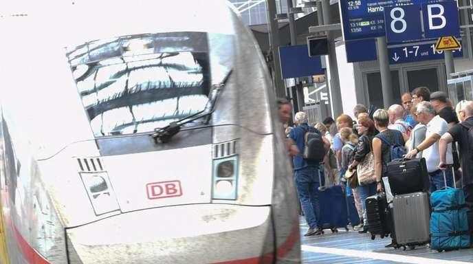 Bundeswehr und Bahn haben sich auf Gratis-Bahnfahrten für Soldaten geeinigt - zunächst im Fernverkehr.