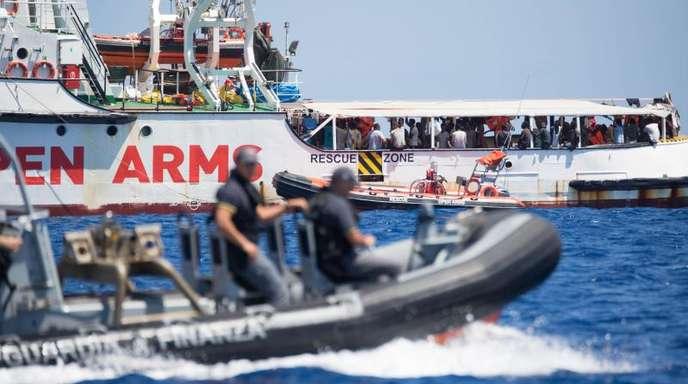 Ein Schlauchboot der der italienischen Küstenwache fährt um das Rettungsschiff «Open Arms» herum.
