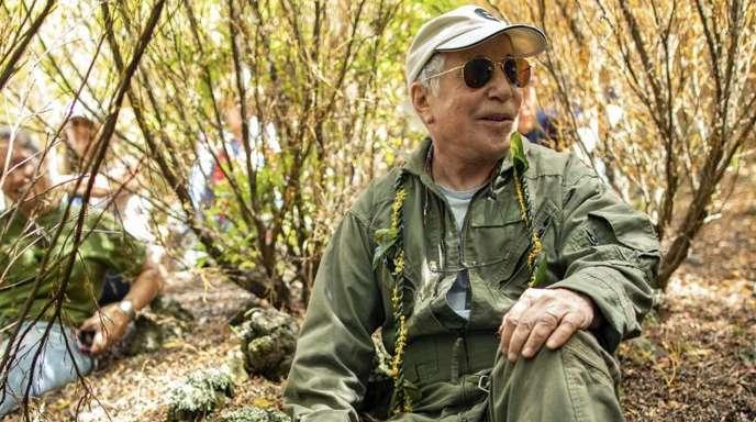 Der Musiker Paul Simon im Wald.