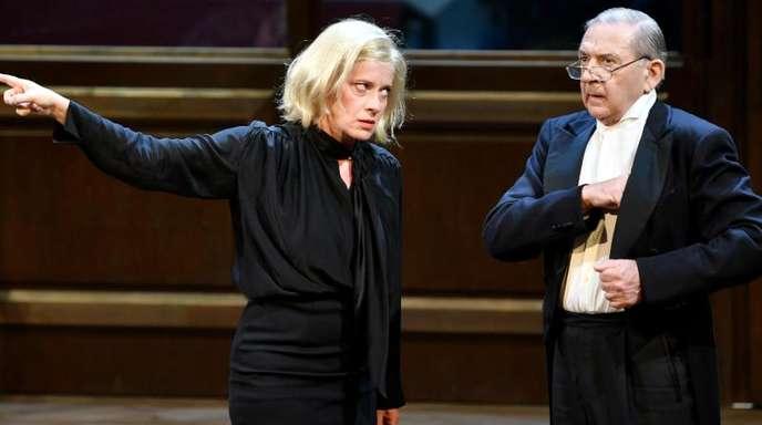 Caroline Peters (Corinna Schaad, l) und André Jung (Pilgrim) in Salzburg auf der Bühne.